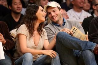 Os atores Ashton Kutcher e Mila Kunis durante partida de basquete em Los Angeles, em 2014