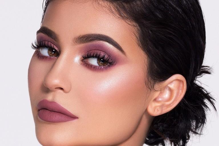 Kylie Jenner exibe sua linha de maquiagens na rede social