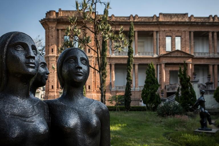 Escultura 'Três Jovens', de Lasar Segall (1891-1957), no espaço externo da Pinacoteca