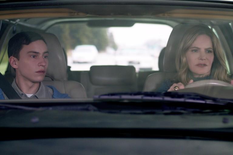 Keir Gilchrist (Sam) e Jennifer Jason Leigh (Elsa) em cena de 'Atypical