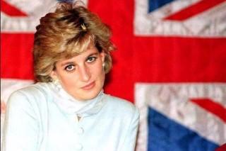 Princesa Diana do Reino Unido, em frente à bandeira do Reino Unido