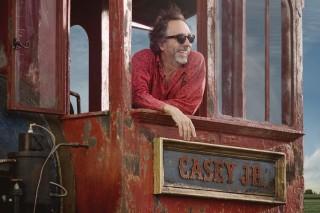 Tim Burton no cenário de seu próximo filme, 'Dumbo'