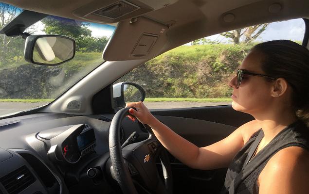 """A blogueira Thaís Towersey, 28, em um Chevrolet Sonic com """"mão inglesa"""", em Barbados"""