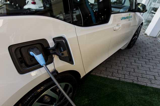 SAO PAULO - SP - BRASIL, 27-06-2017, 16h00: COMPARTILHAMENTO DE CARROS ELETRICOS. Retrato do empresario Leonardo Domingos, numa BMW i3, um dos carros da empresa que vai oferecer o sistema de compartilhamento de modelos eletricos. (Foto: Adriano Vizoni/Folhapress, VEICULOS) ***EXCLUSIVO FSP***