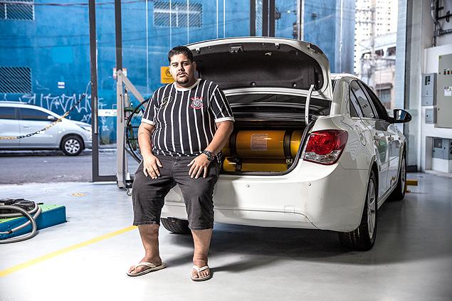 São Paulo, SP, Brasil, 30-05-2018: Eduardo da Silva dos Santos, 23, motorista de aplicativos, em oficina de instalação de GNV no Brás. (Foto: Alberto Rocha/Folhapress) **ESP CARREIRAS**