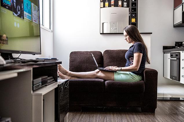 São Paulo, SP, Brasil, 30-05-2018: Fernanda Dimas, 31, analista de pesquisa, em sua casa em Guarulhos. (Foto: Alberto Rocha/Folhapress) **ESP CARREIRAS**