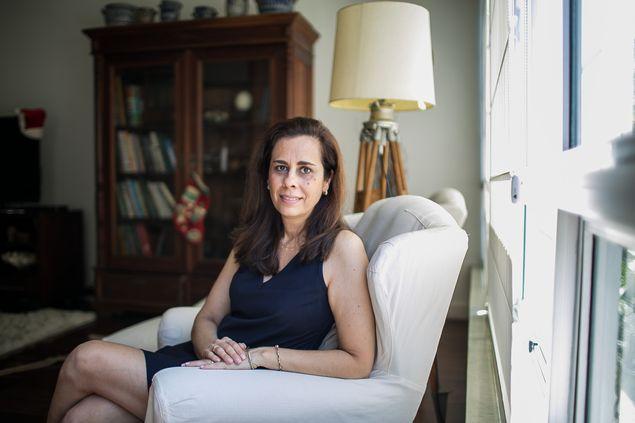 A arquiteta Sheila Triches, 49, que comprou um imóvel em Lisboa, em seu apartamento no Rio