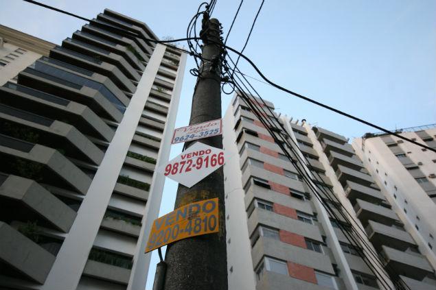 Placas de vende-se em poste na rua Paraguacu em Perdizes